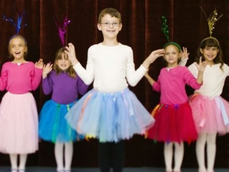 كيف تتعاملين مع طفل يرغب في ارتداء فساتين البنات!