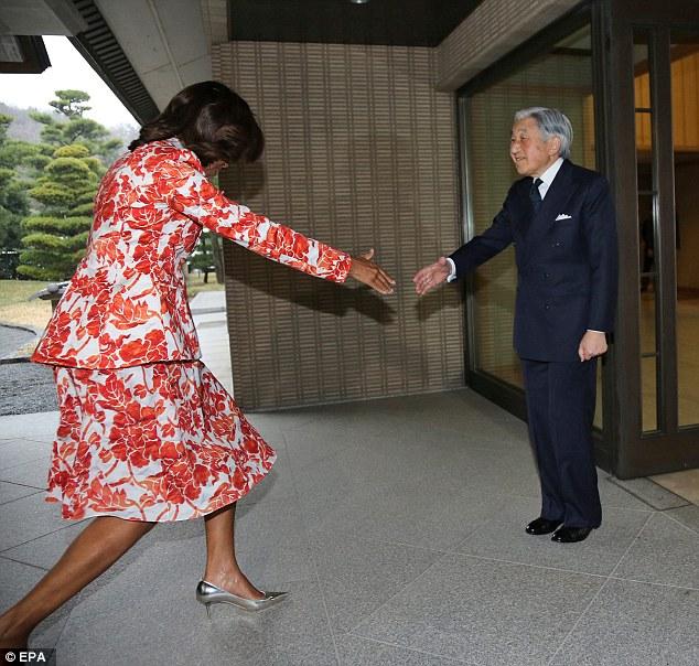 [Watch] Michelle Obama's Awkward Trip to Japan Lacks Etiquette