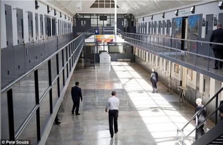 Obama-Visits-Prison2