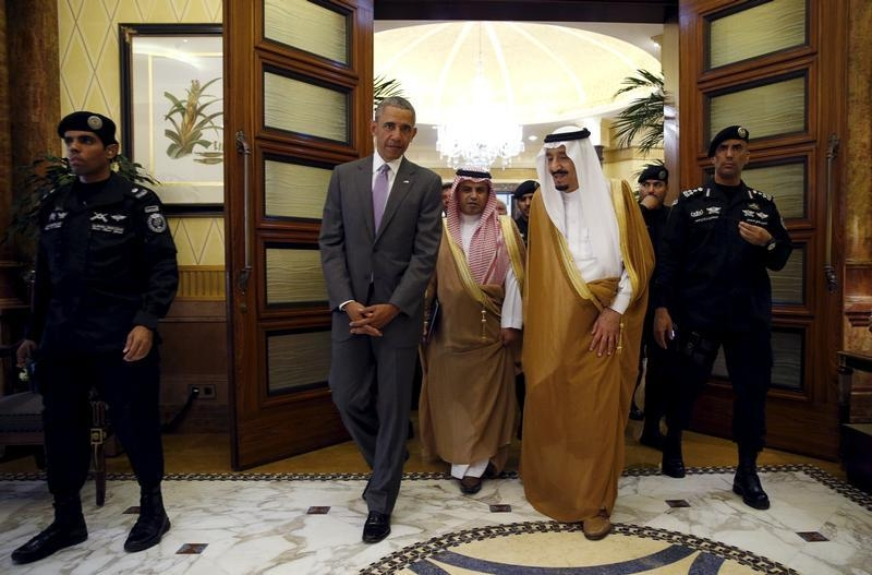 U.S. President Barack Obama walks with Saudi King Salman at Erga Palace upon his arrival for a summit meeting in Riyadh, Saudi Arabia April 20, 2016.   REUTERS/Kevin Lamarque - RTX2AT62