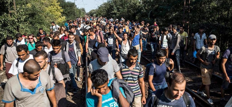 Syrian-men-fleeing-while-Kurdish-women-stay-to-fight1